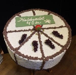 Tårtan tillverkades av Lasse Back inför körens 30-årfirande och fick en uppdatering till detta jubileum! (Foto: Rolf Bergelin)